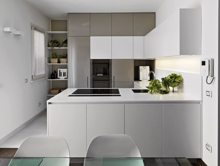 Moderne Kuche In U Form Grau Und Weiss Backofen Im Hochschrank Einbauen Kitchenlayout Modern Kitchen Cupboards Kitchen Cabinets Unfinished Kitchen Cabinets