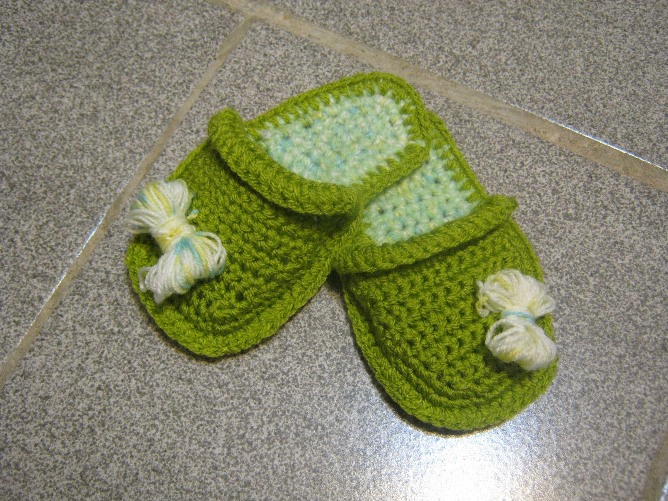 Плетени детски чехли на една кука ,украсени с панделка от прежда ...