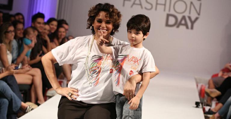 Suzy Rêgo desfila com o filho, Massimo, em SP