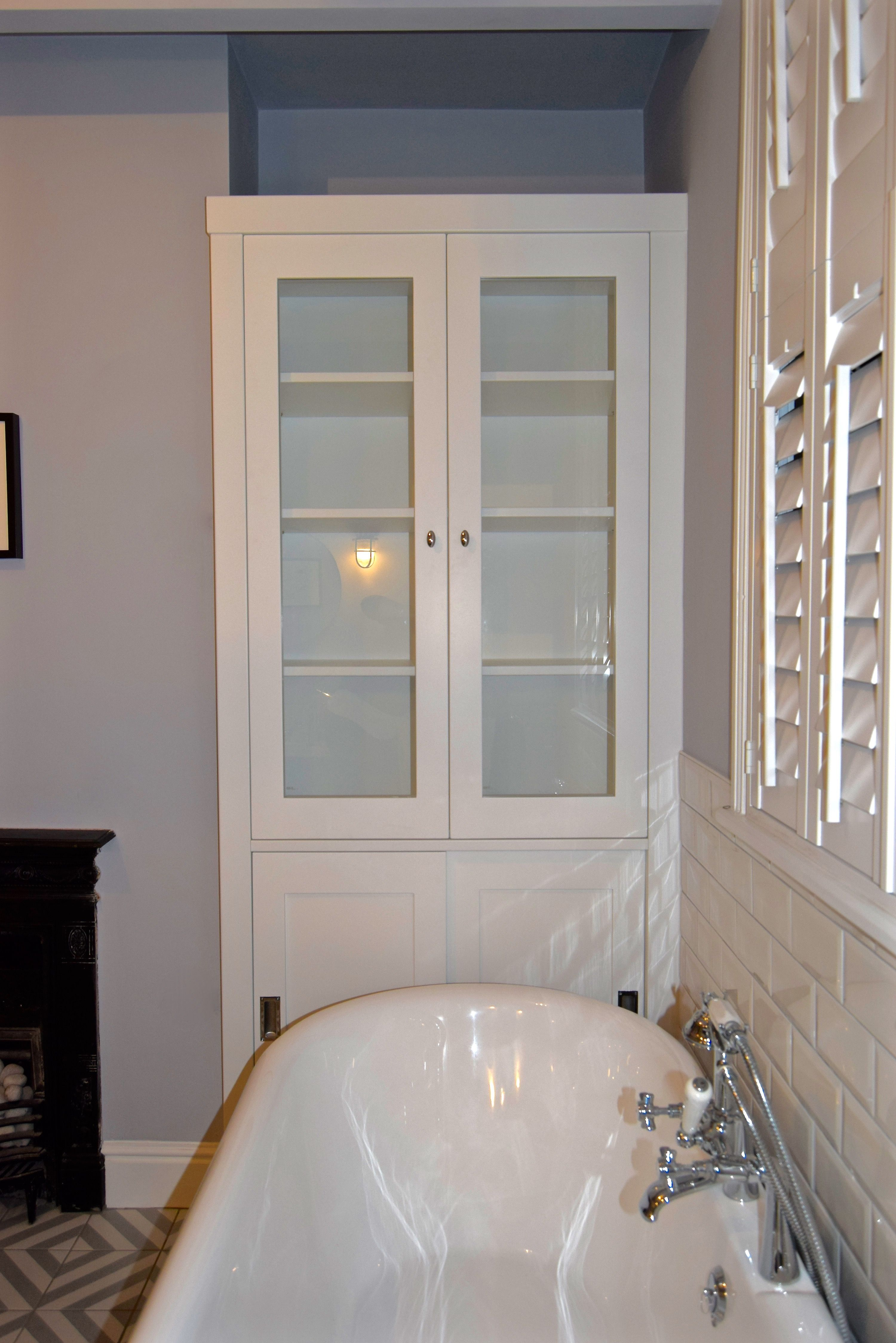Bespoke fitted bathroomcabinet fitted into the alcove