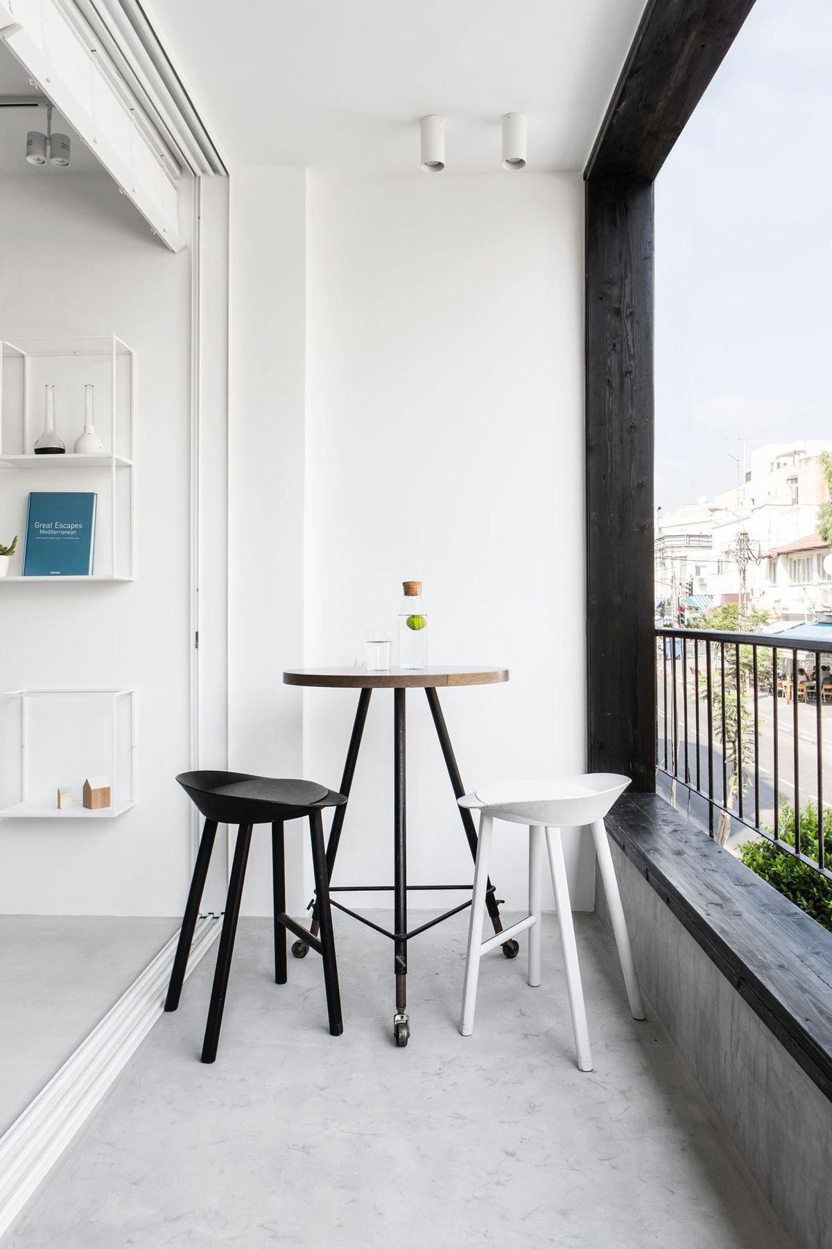 Comfortable and minimalist balcony design