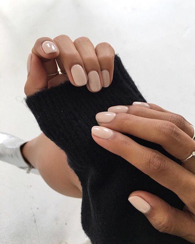 """Look du jour on Instagram: """"La teinte nude sur les ongles, c'est magnifique, un point c'est tout! 💅  #lookdujour #ldj #nails #nailart #nude #trend #onaime #inspiration…"""""""
