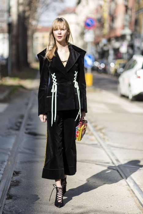 Love this corset detailing... - Street Style