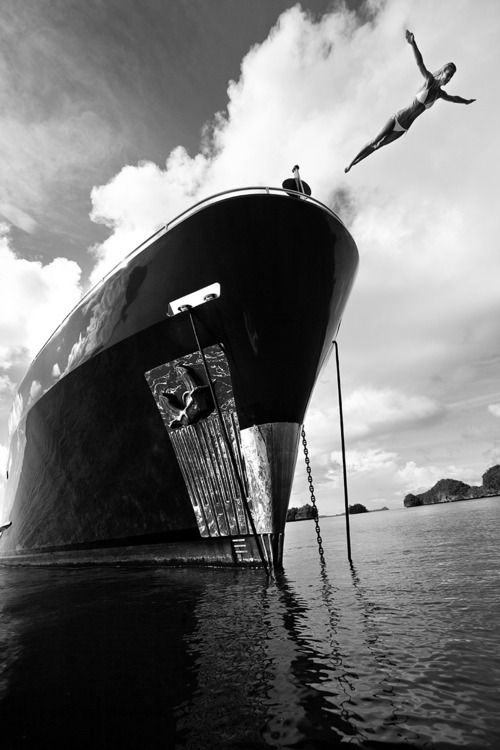 Plongeon femme bateau océan saut de l'ange