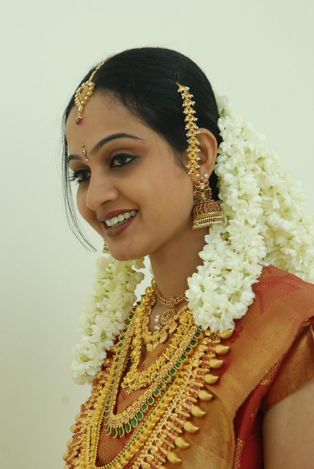 malayalee bride with gold jewelry and jasmine flowers