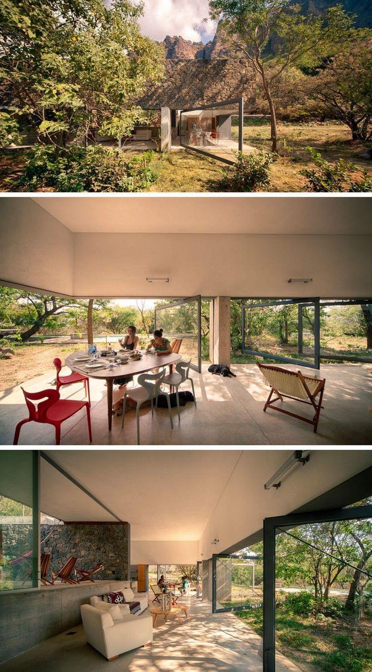 Moderne Glastüren mit Drehachse verbinden Innen- mit Außenbereich ...