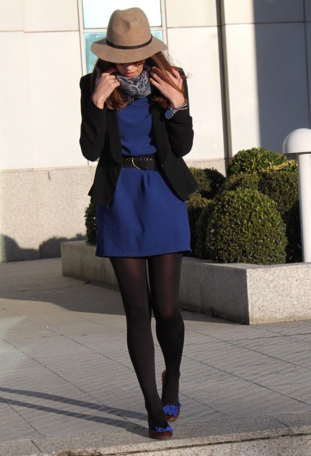 Vestido negro con zapatos azules