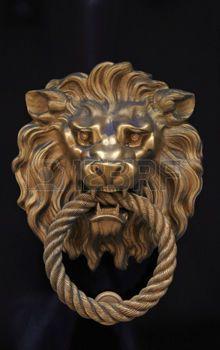 poign�e de porte antique en forme de lion laiton sur fond de bois brun photo