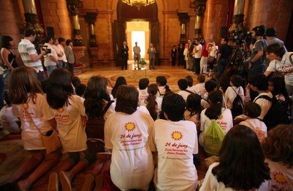 Cada any, la Flama del Canigó és rebuda pel Parlament de Catalunya en un acte institucional, així com per ajuntaments, consells comarcals i entitats culturals, socials i esportives de més de 350 municipis dels Països Catalans.