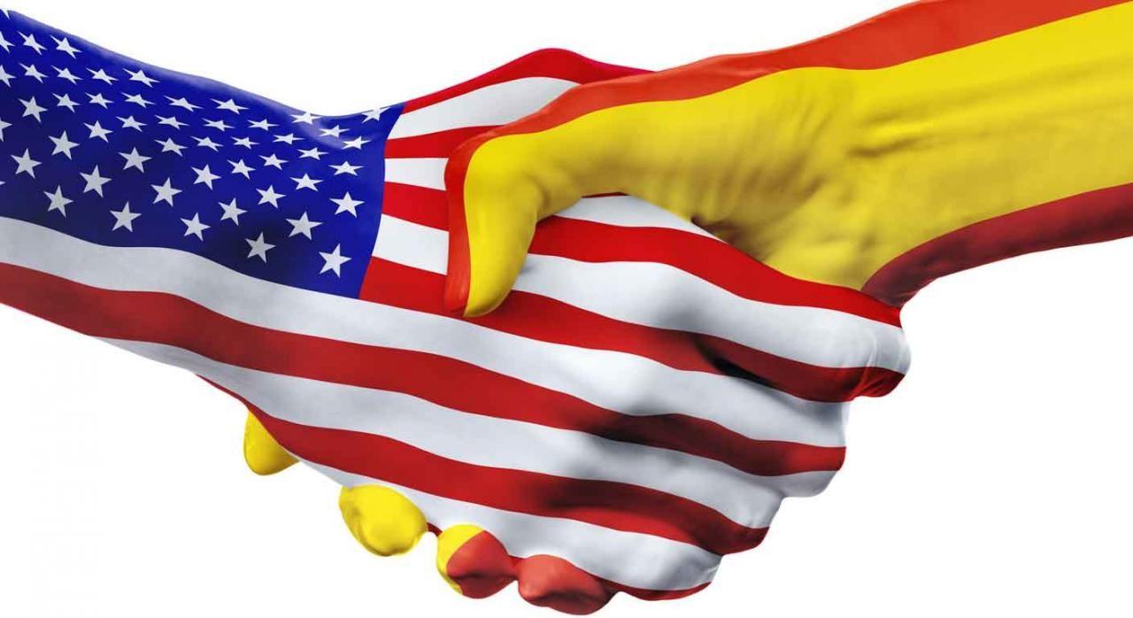 Imagen De Dos Manos Entrelazadas Con La Bandera De Espana Y La De Eeuu Bandera De Estados Unidos Espana Manos Entrelazadas