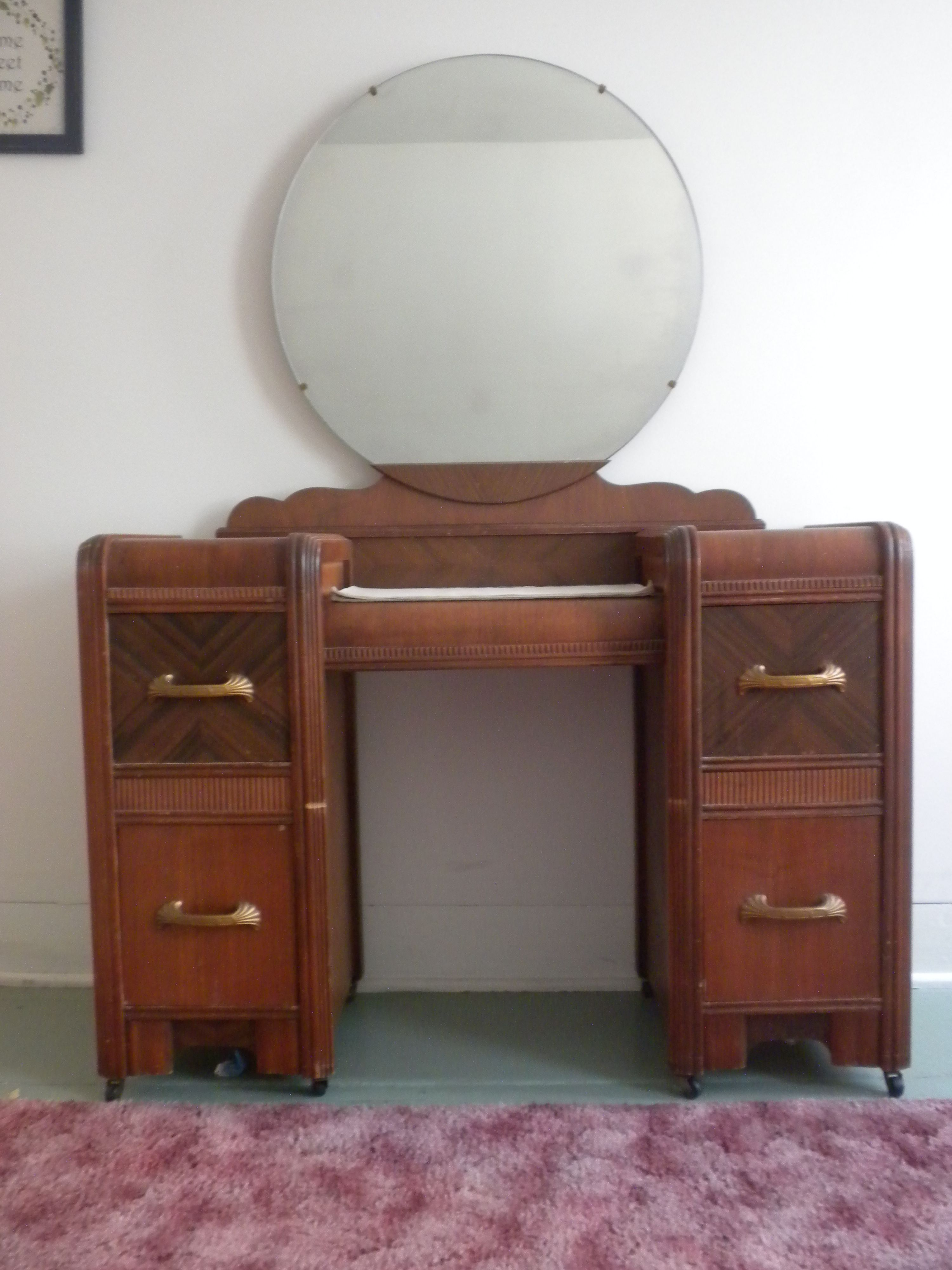 I Have An Art Deco Waterfall Style Bedroom Set Vanity With