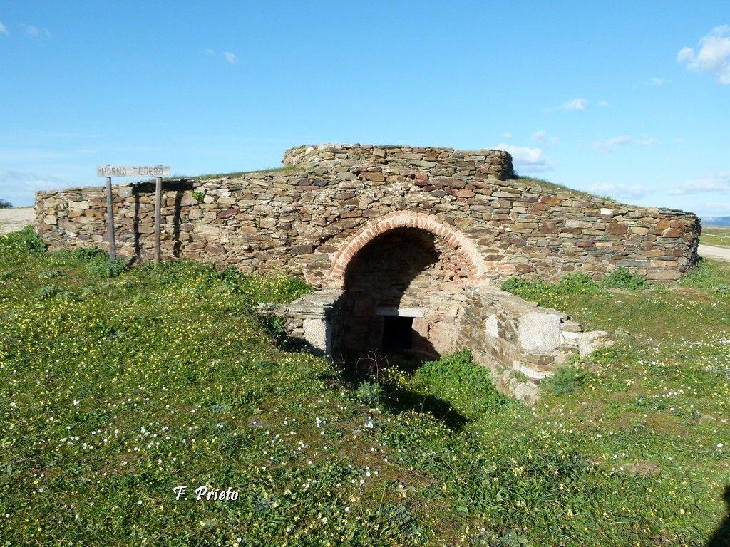 Un Horno Tejero a las afueras de Garrovillas. La fabricación de ladrillos y tejas de barro fue una industria próspera garrovillana.