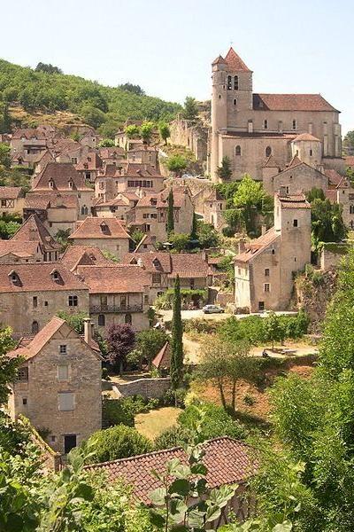 Saint-Cirq-Lapopie Vue générale du village classé plus beaux villages de France guide touristique du Lot Midi-Pyrénées