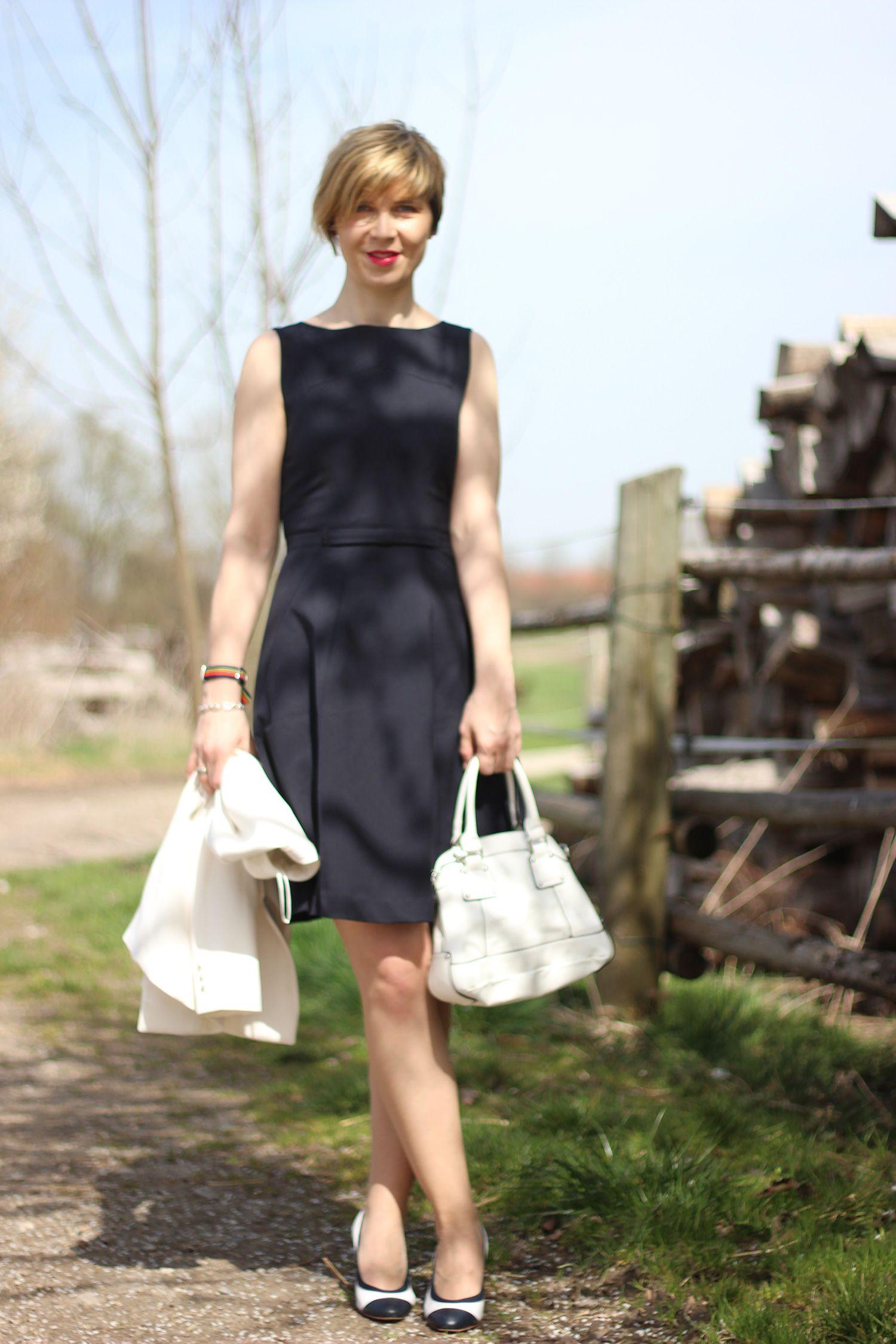 Ein Kleid in Dunkelblau, ein weißer Blazer und Glück zum
