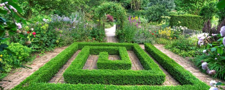 Barnsdale gardens maze garden stunning i love the stark for Garden maze designs