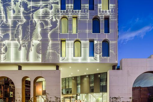 Neoclassical media facade: Mercure Hotel in the city centre of Bucharest/RO