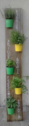 Porta piante aromatiche verticale. Per chi sul poggiolo non ha molto spazio!