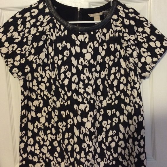 "Banana republic top Excellent condition top in black and white pattern. Faux leather trim around collar and zipper detail in back. Chest is 21.5"" and length is 26"" Banana Republic Tops"