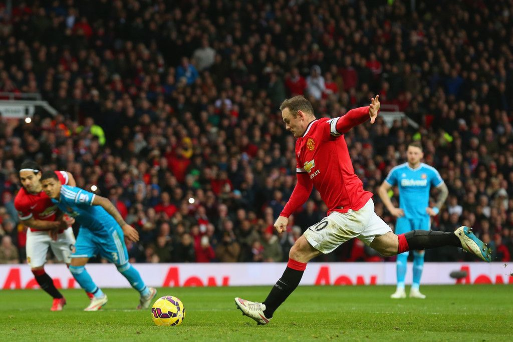 Wayne Rooney of Manchester United scores the opening goal ...