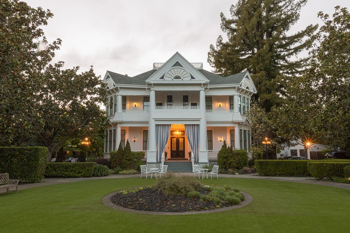 A Blend Of Napa Inn And Boutique Valley Hotel White House Offers Wine Country Resort Style Accommodations In The Heart Downtown