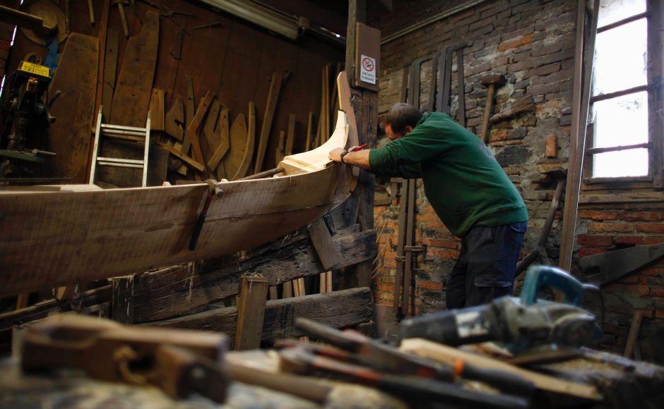 In der Werkstatt von Lorenzo Della Toffola werden jährlich nur ein oder zwei Gondeln nach jahrhundertealten Vorgaben gebaut.