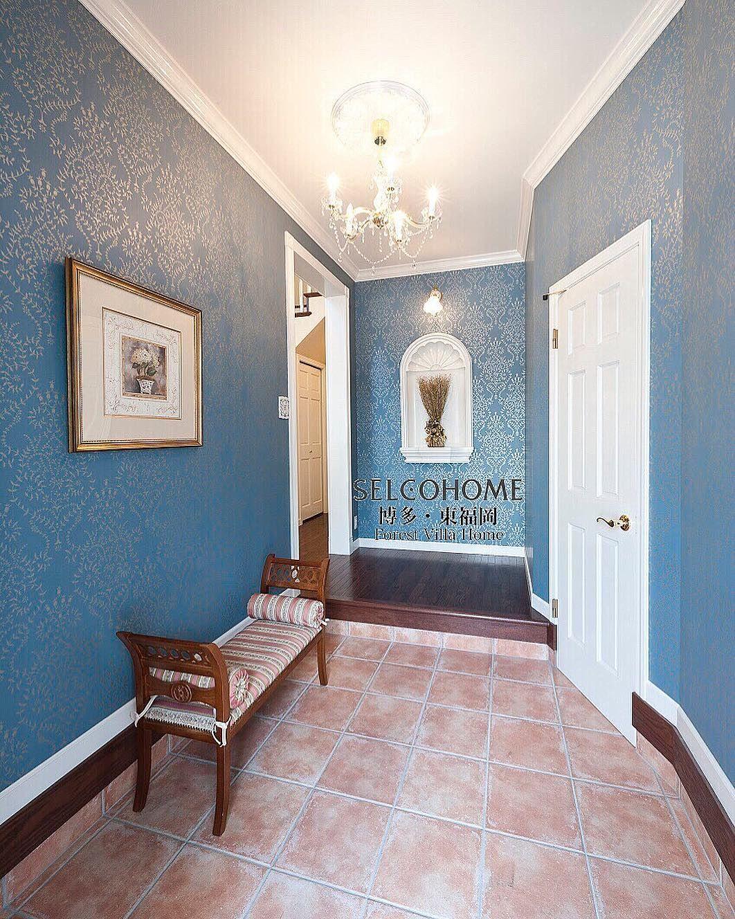 鮮やかな青の壁紙が印象的な玄関ホール セルコホーム博多 輸入住宅