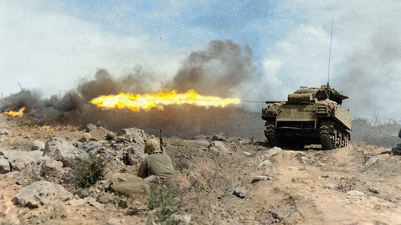 El tanque Sherman -apodado Zippo- lanza llamas en Iwo Jima, marzo de ...