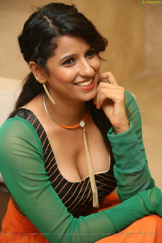 South Actress Shravya Reddy Dam Hot Cleavage