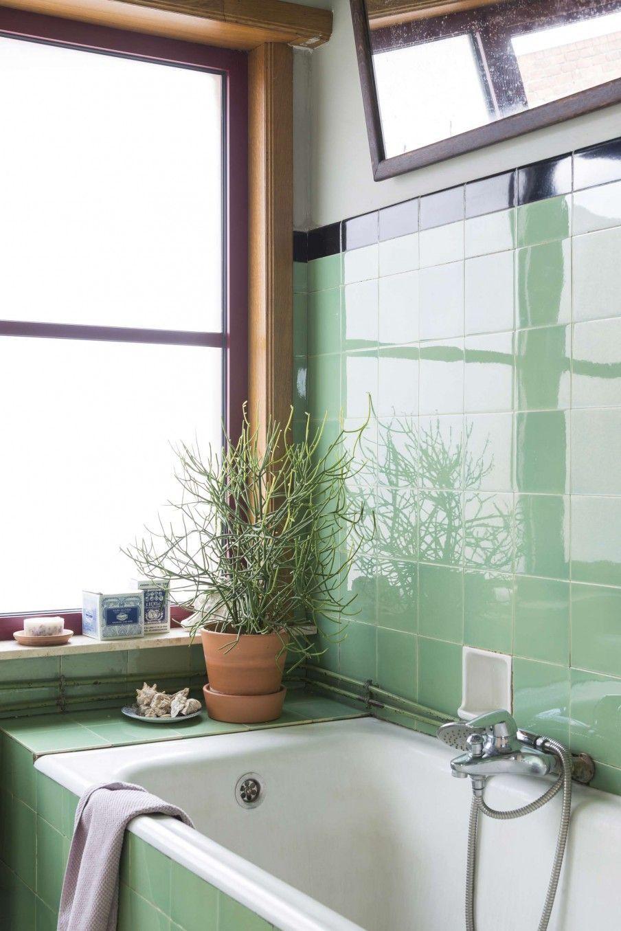 Vintage badezimmer design badkamer met bad en groene tegeltjes  bathroom with bathtub and