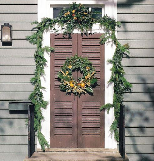 Pine Roping Frames The Doorway Of The Russell House On Duke Of Gloucester Street In Colo Williamsburg Christmas Outdoor Christmas Decorations Outdoor Christmas