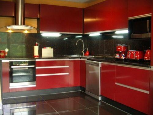 Cuisine rustique moderne rouge brillante et bois en L Rouge