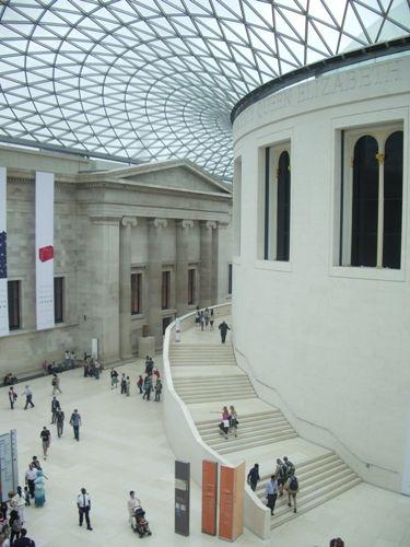 En el año 2000 se inauguró el Gran Atrio de Isabel II (Great Court), la última gran ampliación del British, una plaza cubierta (la mayor de Europa) con techo de acero y vidrio obra de Norman Foster. La entrada del Museo Británico es gratuita.Abre todos los días en horario de 10h a 17h30 aunque el Gran Atrio permanece abierto más tiempo, concretamente de 9h a 18h de sábado a jueves, y los viernes de 9h a 20h30.    El British se sitúa en Great Russell Street, en el tranquilo barrio de…