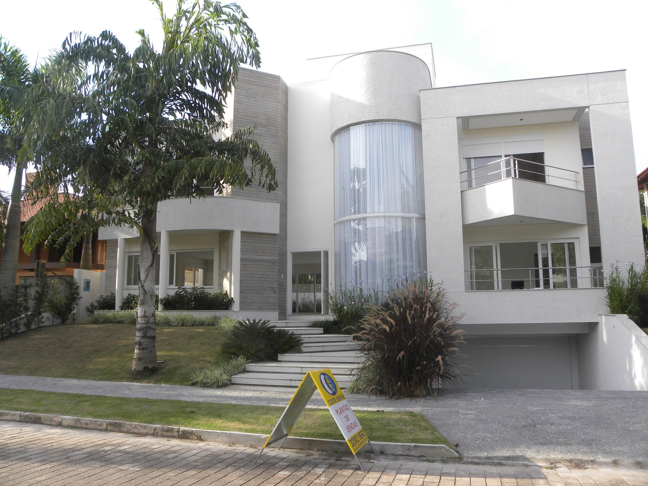 HOUSE 3 FLOORS WITH POOL IN JURERÉ INTERNACIONAL BEACH FLORIANÓPOLIS-BRAZIL. Noble area, street without continuity, one block from the sea, 720 m2, 5 suites, 3 floors, being Subsoil:Salón's feast, garage for 6 cars, bath, sauna, fitness, of pendency times of maid, laundry, deposit. Ground floor: large living room with space for 4 rooms with lareira