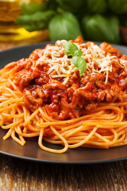 Spaghetti Bolognese Soße mit Parmesan | Foodtempel
