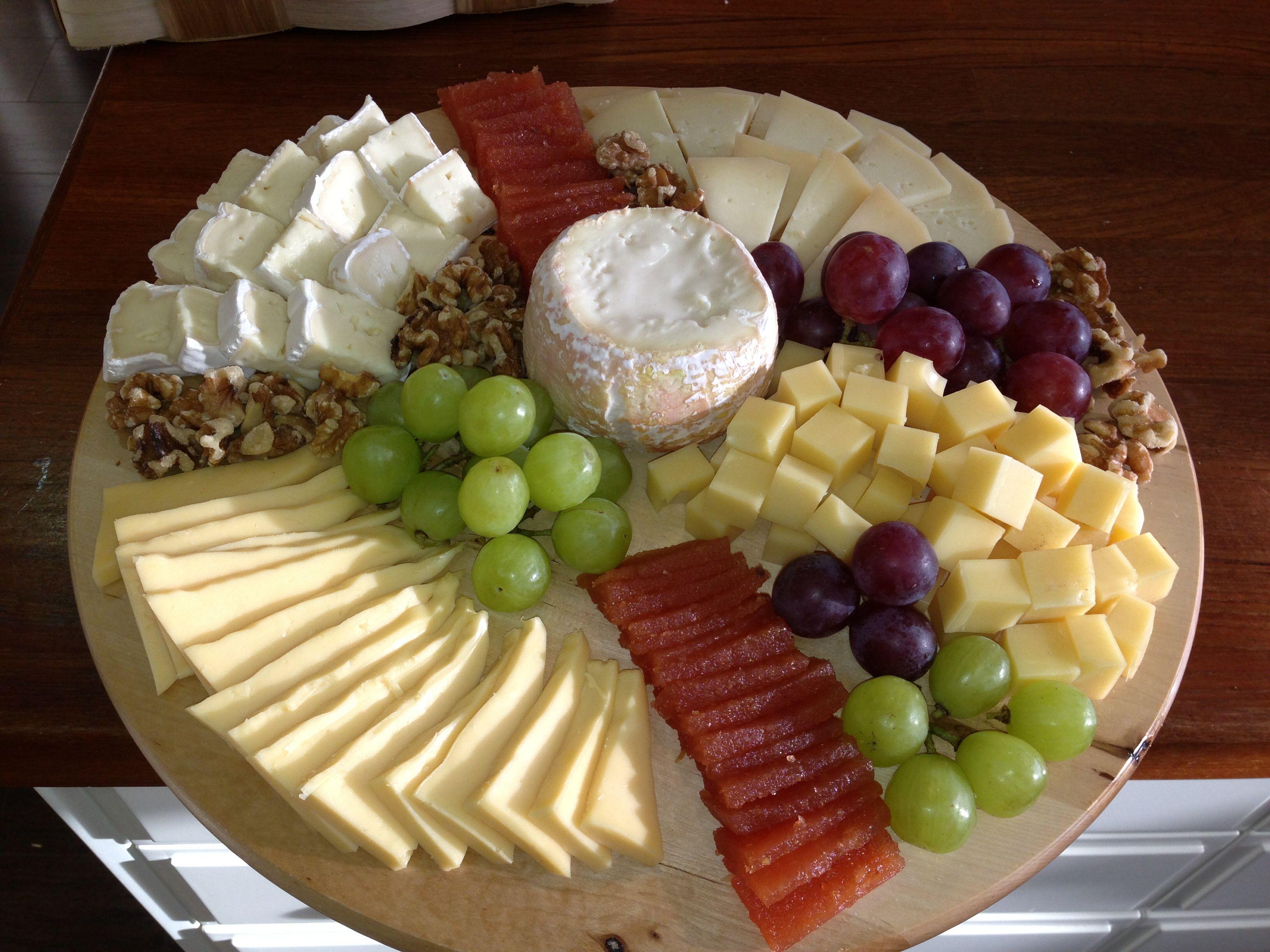 Tabla de quesos quesos cheeses pinterest tablas de for Platos para aperitivos