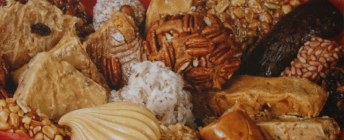 DULCES FINOS TRES ROSAS Fabricante de una variedad de dulces típicos de la región y de México como las originales glorias rellenas de frutas, rollos rellenos, queso de nuez, dulce de higo, variedad de dulces de leche, diferentes tipos de cocada, nogada blanca, conservas, cajeta de membrillo así como diferentes tipos de licores. Sus productos de leche con nuez y fruta 100% natural son hechos a mano.  Juan Álvarez # 371, Zona Centro Tel. (844) 4 10 04 40 www.tresrosas.com.mx