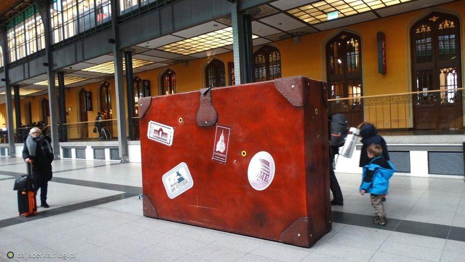 14ae9a057ebb1 Image result for dworzec wroclaw walizka sesja zdjeciowa | Foto Plener