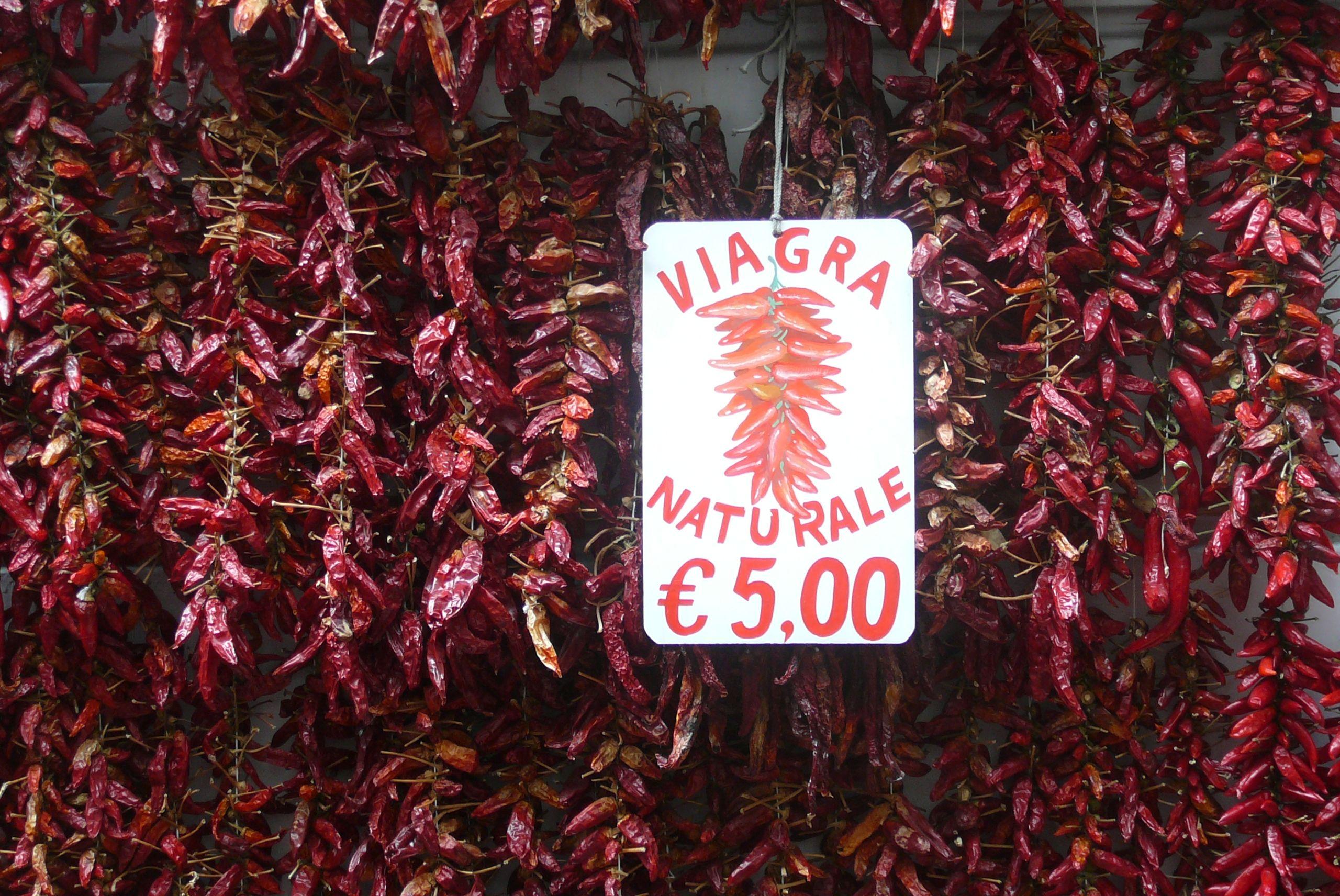 Die Italiener kennen sich aus mit Amore. Statt den sündhaft teuren blauen Pillen  werden in Amalfi an der Amalfiküste zwischenmenschliche Steigerungsmittel in kwietschrot zum Spottpreis angeboten. Vielen Dank an Wolfgang Busch aus #Recklinghausen für dieses Foto.