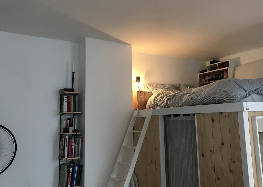 Gemutlicher Schlafbereich In Berliner 1 Zimmerwohnung Ideen Wg Zimmer Bett Hochbett Wohnung 1 Zimmer Wohnung Zimmer