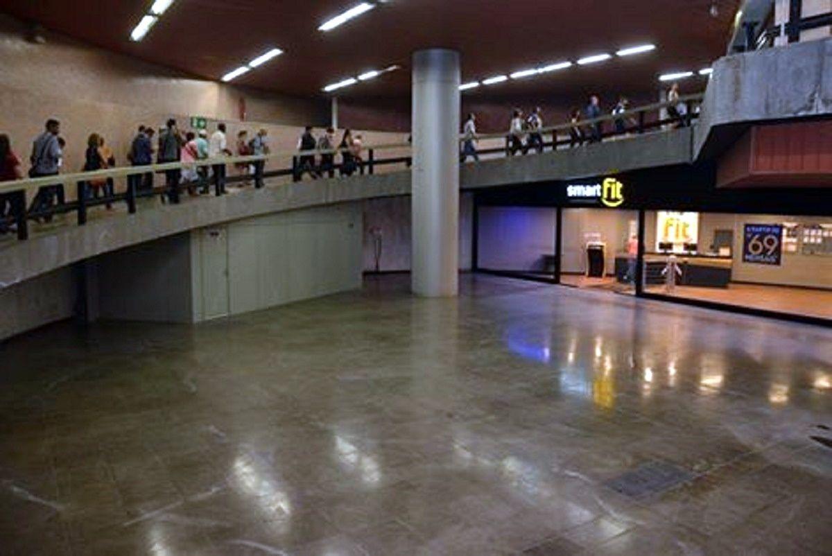 A primeira academia em uma estação de metrô na América Latina é na Carioca!! Inaugurada esta semana, esta é mais uma comodidade para quem trabalha no Centro e utiliza o transporte público. A nova academia Smart Fit possui 1.060 m² e funcionará também aos domingos.   https://www.facebook.com/osoriorj/?fref=photo