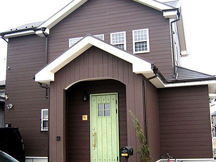 茶色の外観に 黄緑のドアが映えます 茶色の家 家 外観 ハウス