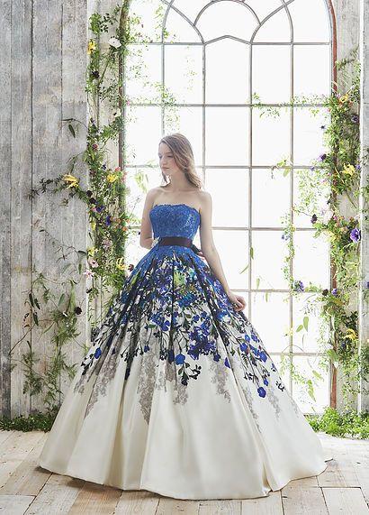 Wundervolles Ballkleid in Blau und Weiß, präsentiert in ...