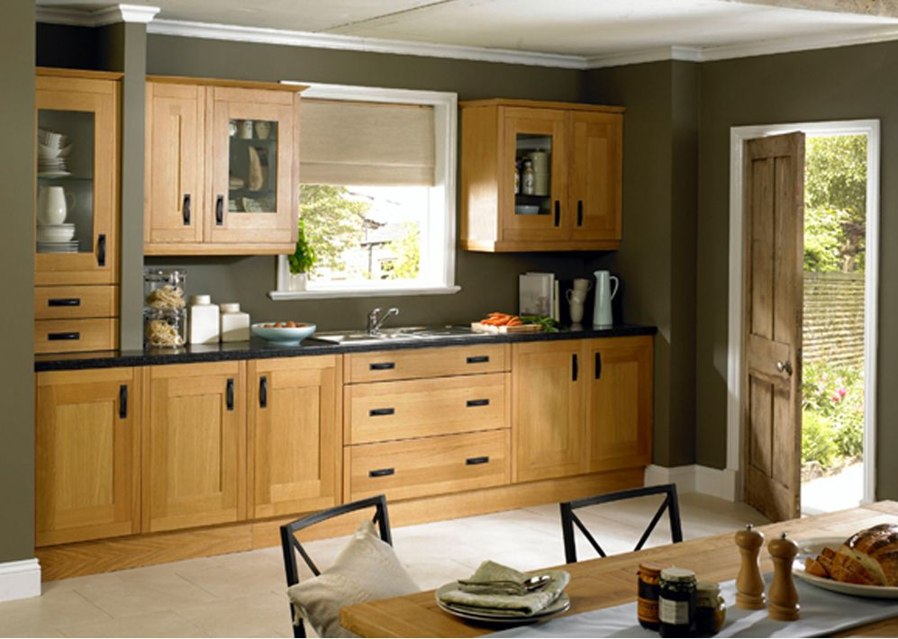 Dark Walls, Natural Oak Cabinets And Dark Cabinet Handles. Works Well With  The Light