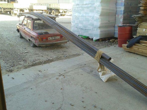 Coche transportando barras de acero