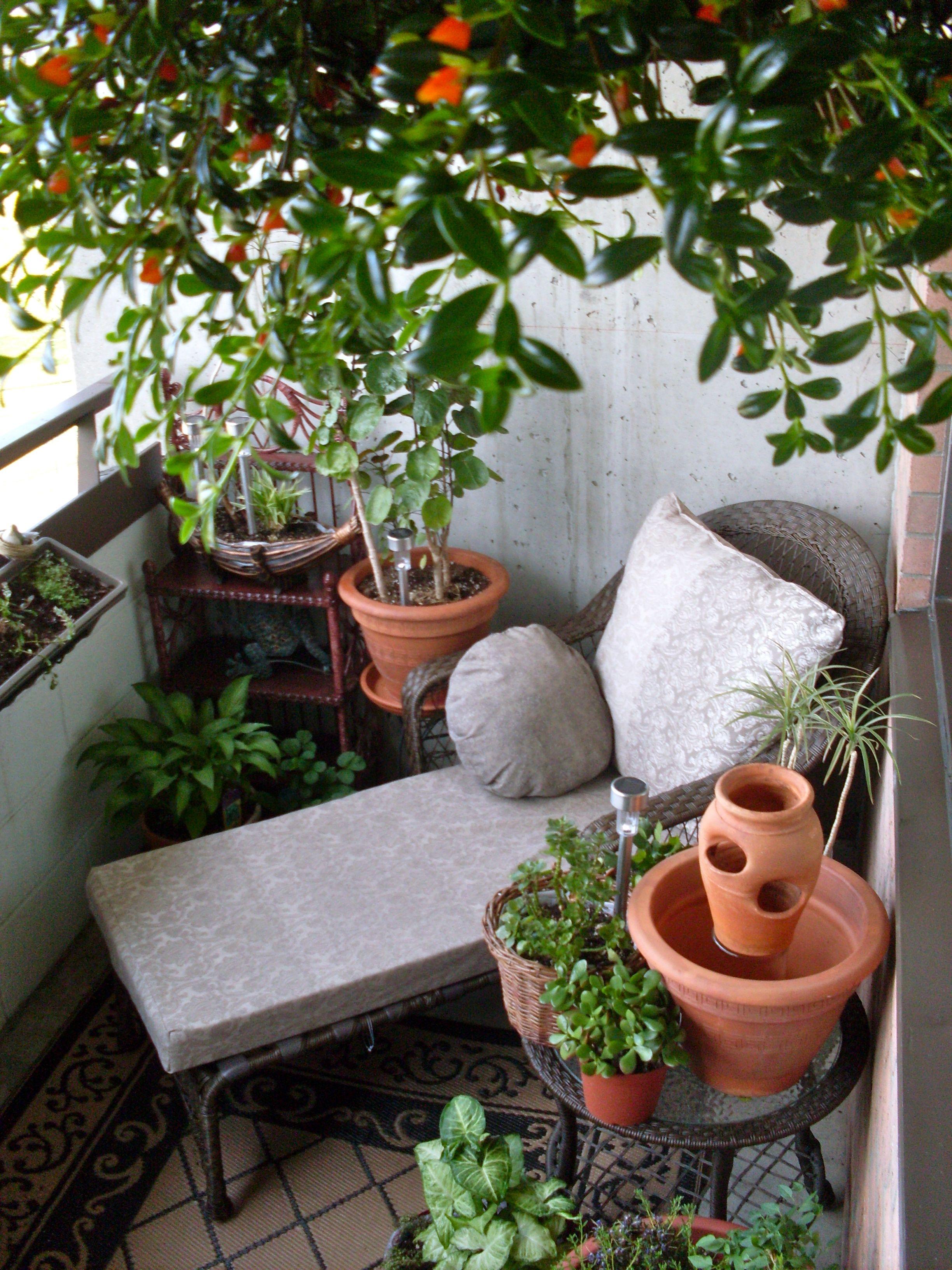 Balcón pequeño con tumbona y mesita. Ideal para descansar