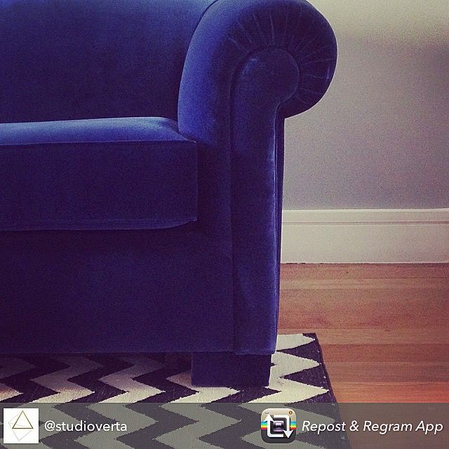 @lauralkim | Detalhes. Blue Velvet. #studioverta #decor #bluevelvet #bykamy #sofa #interior #studioverta #homedecor #interiordesign
