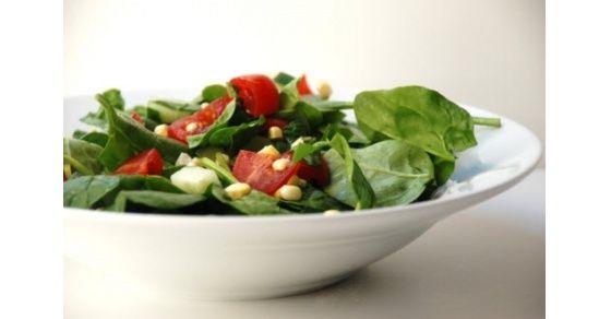 Las hojas de espinaca hacen más nutritiva esta ensalada. La tocineta la puede cambiar por tocineta de pavo o soya.