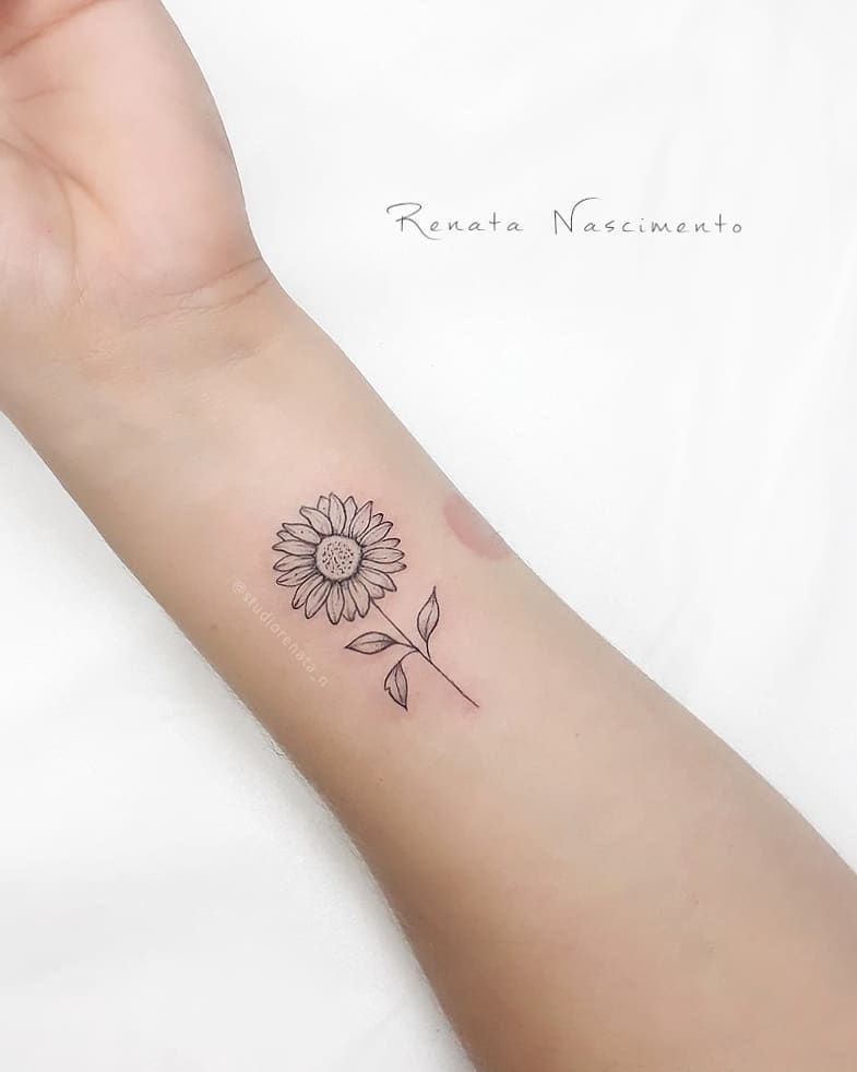 "Photo of Sтυdιo Renaтa Naѕcιмenтo on Instagram: ""The little sunflower 🌻 #studiorenata_n 👉 Budgets via Whats 99177 3393.. . #girassol #floripa #tattoofeminina # finelinetattoo… """