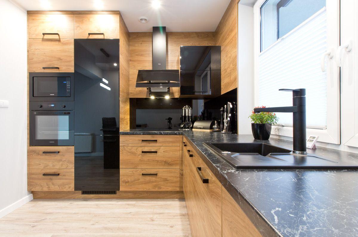 Nowoczesna Lofotowa Aranzacja Kuchni Zamknieta W Niewielkim Metrazu Ciepla Kolorystyka Palisand Modern Kitchen Interiors Kitchen Room Design Kitchen Interior