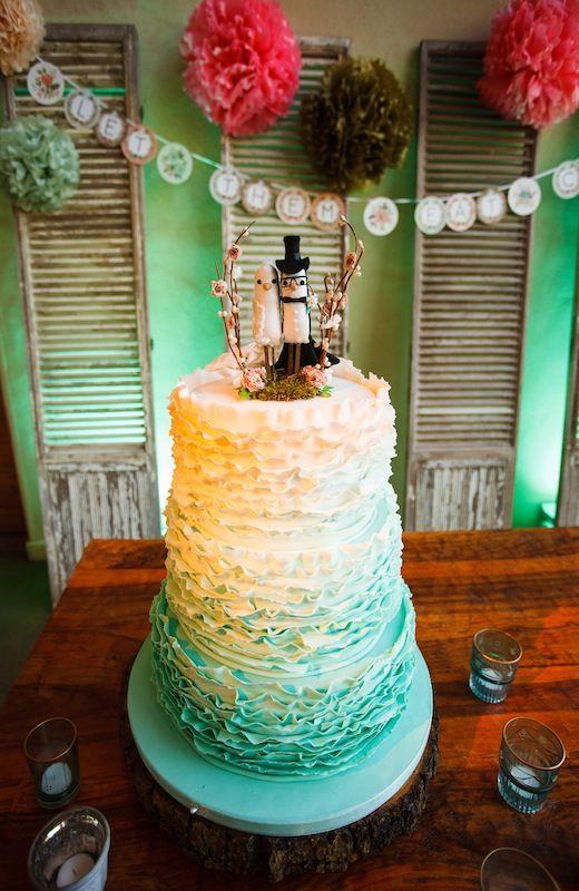 Barr Mansion | wedding venue Austin TX | wedding cake  | ombre wedding cake | full services venue | Loot vintage rentals | Pearl Events Austin | Photo by Jake Holt